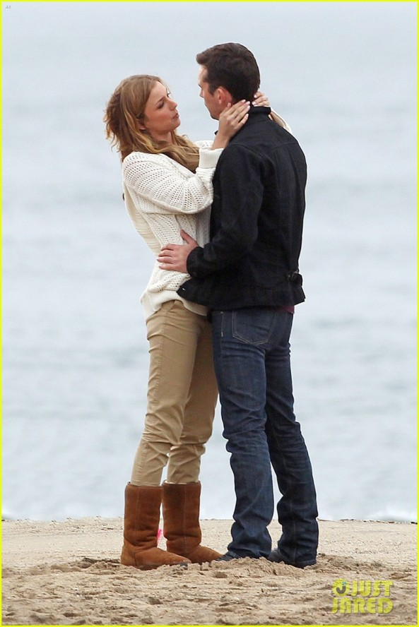 emily-vancamp-barry-sloane-revenge-kiss-in-the-rain-03