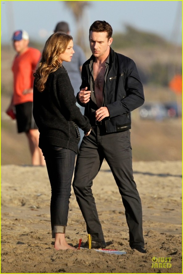 emily-vancamp-revenge-set-with-chest-exposed-barry-sloane-02