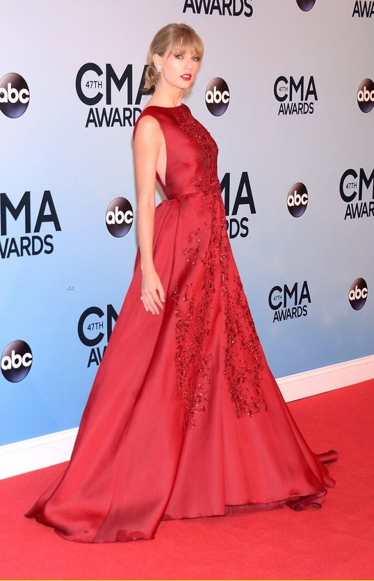 taylor-swift-cma-awards-2013-red-carpet-03