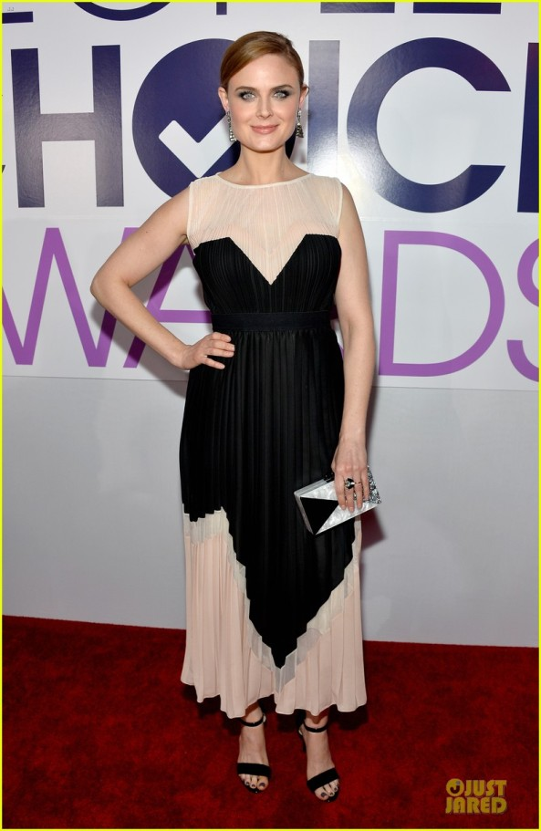 emily-deschanel-peoples-choice-awards-2014-red-carpet-01
