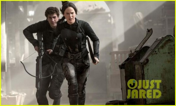 jennifer-lawrence-liam-hemsworth-mockingjay-02